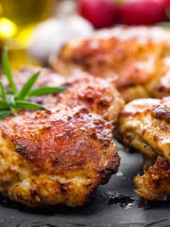 Featured image showing the finished boneless chicken thighs and garnish.